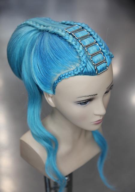 Frisierkopf Echthaar Inspiration blau gefärbt mit Haarschmuck