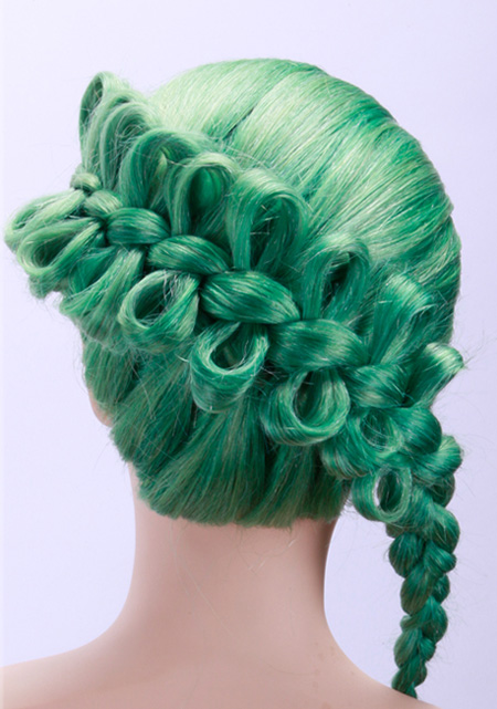 Echthaar Trainingskopf Frisierkopf grün gefärbt mit Hochsteckfrisur